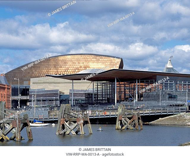 NATIONAL ASSEMBLY FOR WALES, CARDIFF BAY, CARDIFF, WALES, UK, RICHARD ROGERS PARTNERSHIP, EXTERIOR, VIEW ACROSS BAY