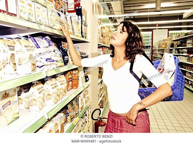 una donna al supermercato sceglie un prodotto