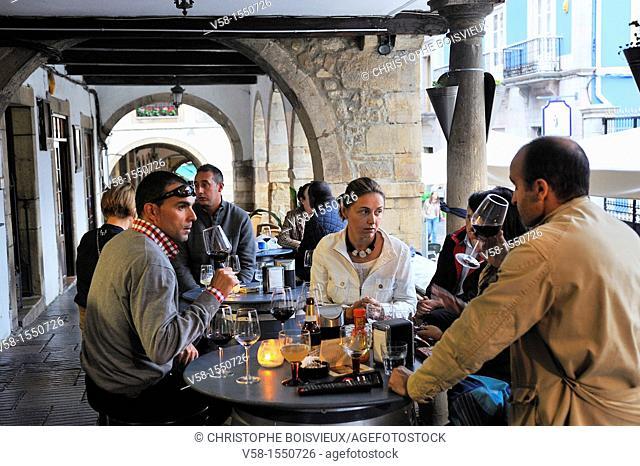 Spain, Asturias, Aviles, Calle Galiana by night, Wine bar