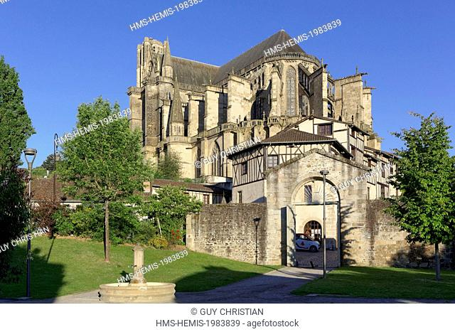 France, Haute Vienne, Limoges, cathedral of Saint Etienne from the garden of the Museum of companionship