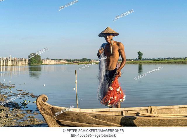 Fisherman on Taungthaman Lake, at back U Bein Bridge, Amarapura, Mandalay, Myanmar
