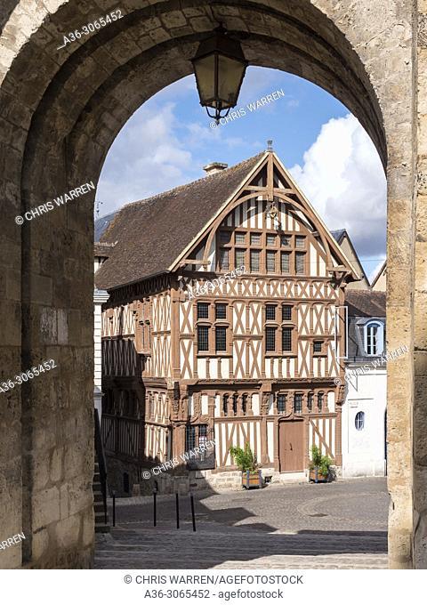 Maison du Bailli seen through the Porte Saint Jean. Joigny, Sens, Yonne, Bourgogne-Franche-Comte, France
