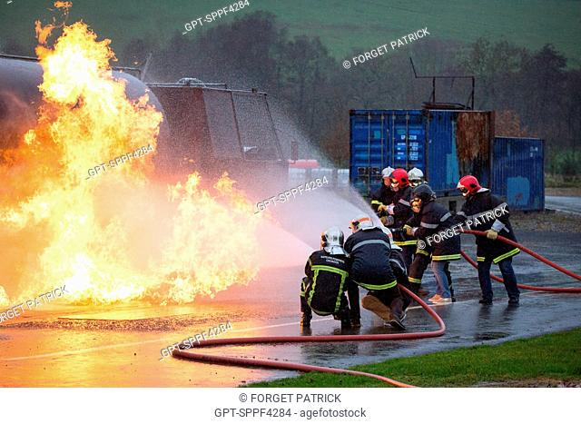TRAINEES EXTINGUISHING A TANKER TRUCK FIRE, MANAGEMENT SEMINAR FOR THE TECHNICAL STAFF OF THE NORMANDIE ORANGE INTERVENTION UNIT