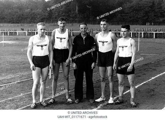 Sportwettkampf der Heeres-Unteroffizierschule in Potsdam und der Mannschaft von Treptow. Hier die Läufer der 4 x 400 m Staffel mit ihrem Trainer