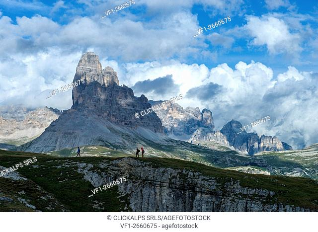 Monte Piana, Tre Cime di Lavaredo, Misurina, Veneto, Italy, men trekking