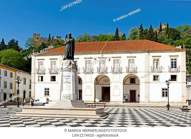 Praca da Republica, Town Hall and Statue of Gualdim Pais, founder of Tomar, Fortress and Convent of Christ in background, Santarem District, Portugal, Europe