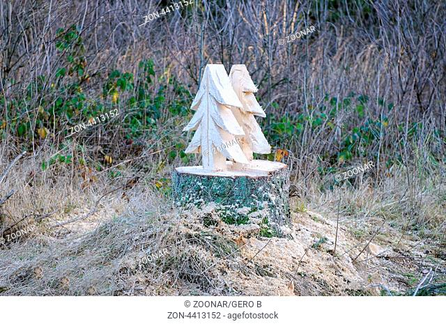Tannenbaum im Baumstamm-Kunst im Wald, Christmas tree in the tree trunk-art in the forest