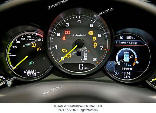 Acar display depicts the energy consumption in the cockpit of a Porsche Panamera SE Hybride during a conference for electromobility in Leipzig (Saxony)