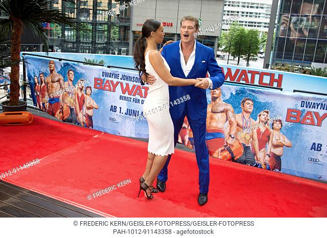 Ilfenesh Hadera and David Hasselhoff at the 'Baywatch' photocall at Sony Center on May 30, 2017 in Berlin, Germany. | Verwendung weltweit