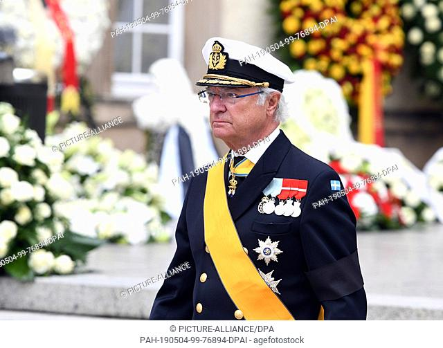 04 May 2019, Luxembourg, Luxemburg: King Carl XVI Gustaf of Sweden leaves the church after the state funeral of Luxembourg's Old Grand Duke Jean