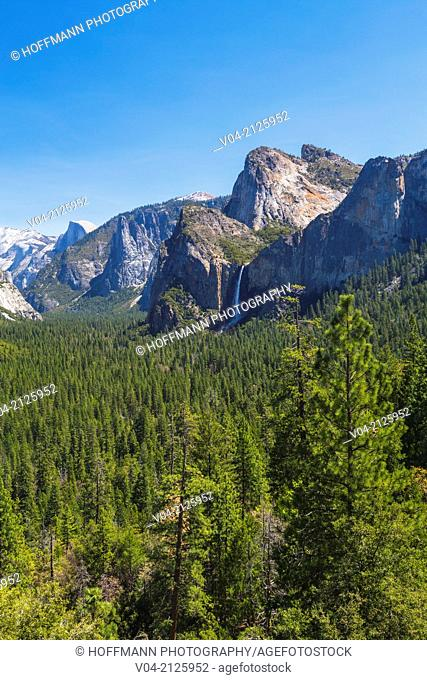 Bridal Veil Falls and mountain range as seen from Tunnel View in the Yosemite National Park, California, USA