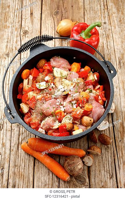 Turkey goulash with red pepper, mushrooms and Jerusalem artichoke (uncooked)