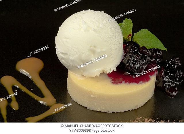 Postre de helados con confitura de fresaas