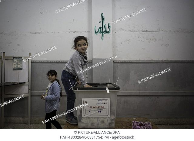 dpatop - An Egyptian girl stands next to a ballot box on the 3rd day of the 2018 Egyptian presidential elections, at a polling station in Monufia, Egypt