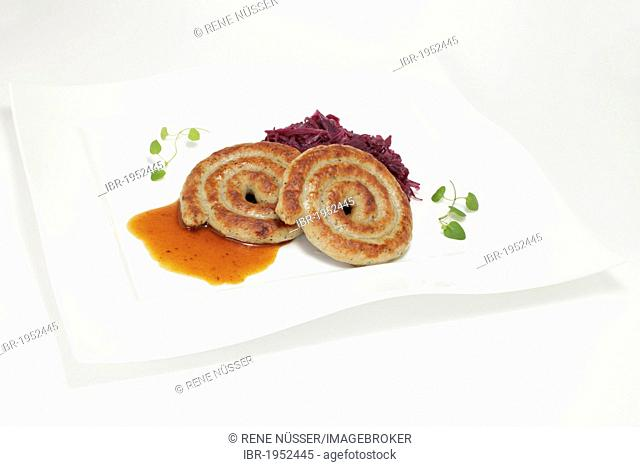 Bratwurst curls with red cabbage and gravy