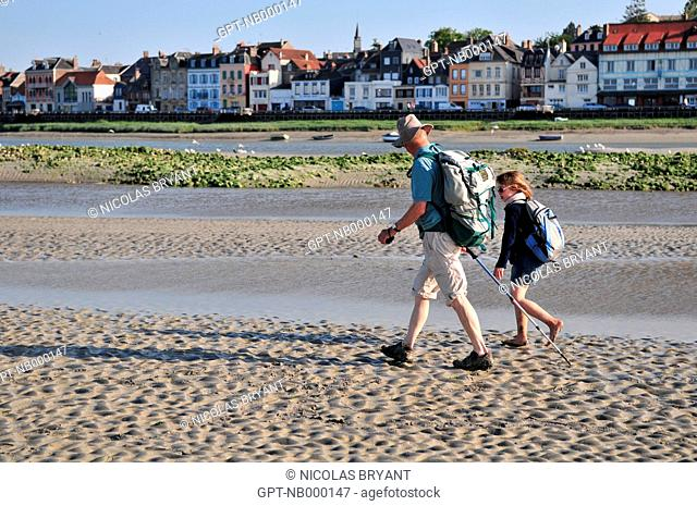 HIKERS CROSSING THE ESTUARY OF THE SOMME, THE BAY NATURE RESERVE, SAINT-VALERY-SUR-SOMME, BAY OF SOMME, SOMME 80, FRANCE