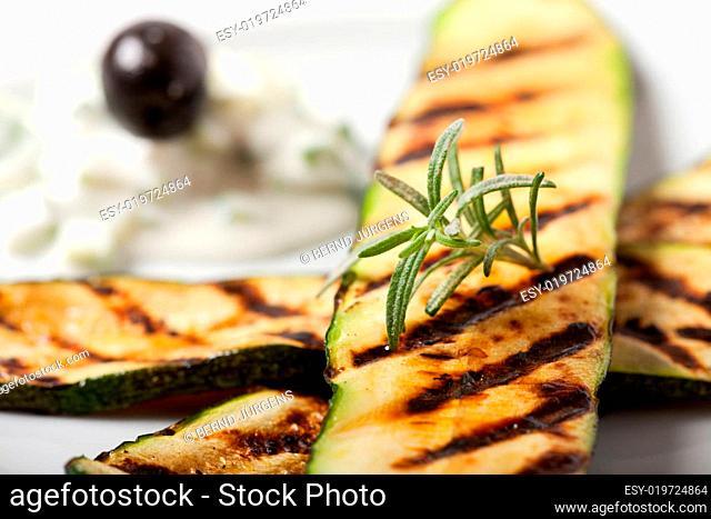 gegrillte Zucchini mit Rosmarin Blatt