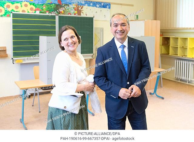 16 June 2019, Saxony, Görlitz: Octavian Ursu (CDU), Lord Mayor candidate for Görlitz, is standing next to his wife Désirée in a polling station after the vote