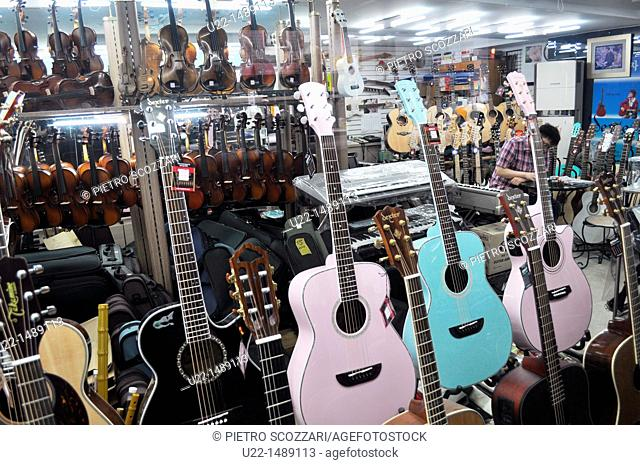 Seoul (South Korea): guitars shop in the Insa-dong area