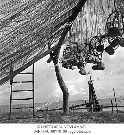 Fischernetze bei Pillkallen an der Kurischen Nehrung in Ostpreußen, Deutschland 1930er Jahre. Fisherman's nets near Pillkallen at Courland Split in East Prussia
