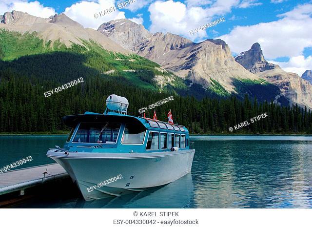 Boot am Maligne Lake