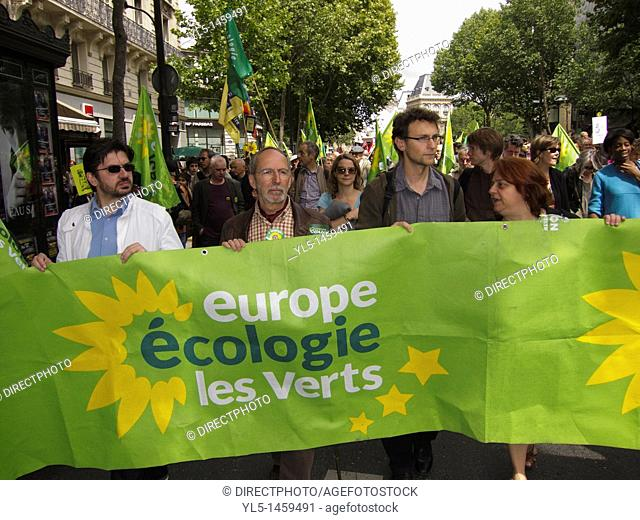Paris, France, Environmental Demonstration Against Nuclear Power, Green Party, (Europe Ecologie/ Les Verts) Politicians marching and Holding Signs