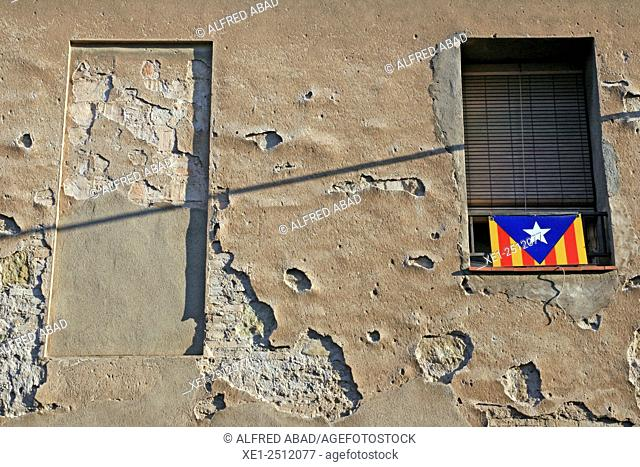Window, Estelada flag , Sant Vicenc de Castellet, Bages, Catalonia, Spain
