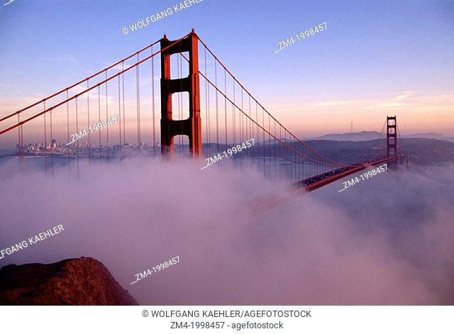 USA, CALIFORNIA, SAN FRANCISCO, GOLDEN GATE BRIDGE WITH FOG ROLLING IN