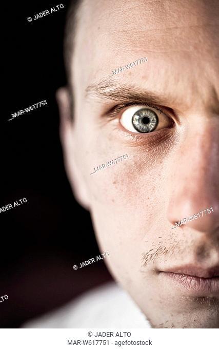 giovane uomo con occhi spalancati