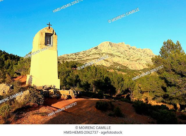 France, Bouches du Rhone, Pays d'Aix, near Tholonet, oratory in front of the Montagne Sainte Victoire, Cezanne road