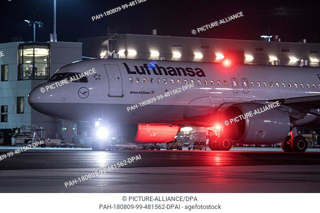 08.08.2018, Hesse, Frankfurt: Shortly before the ban on night flights comes into force, a Lufthansa aircraft is taxiing to take off