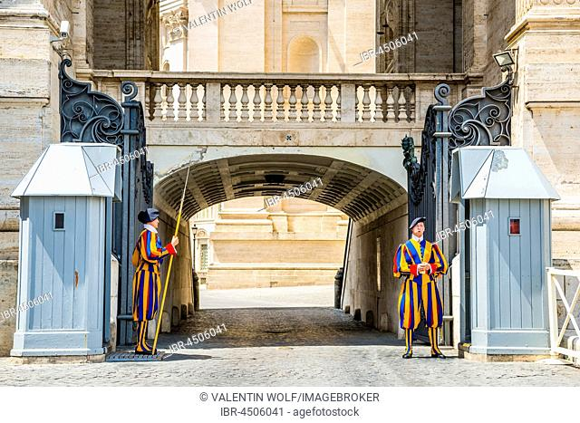 Sentry guards of the Swiss Guards at the Vatican Basilica, St. Peter's Square, Vatican city, Vatican, Rome, Lazio, Italy