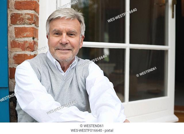 Germany, Kratzeburg, Senior man smiling, portrait