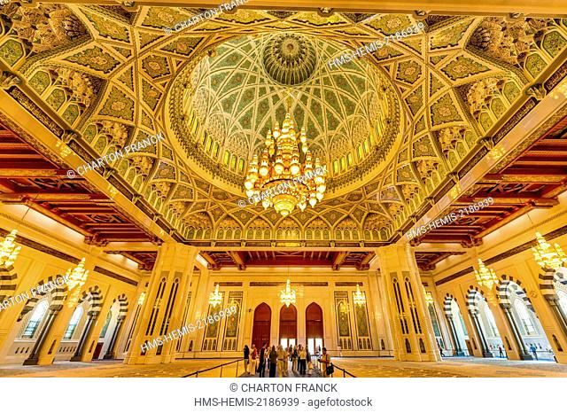 Oman, Muscat, Sultan Qaboos Grand Mosque, giant cristal chandelier in the main prayer room