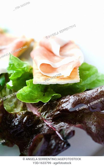 Salad with cracker and ham