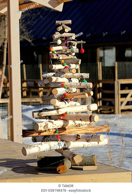 Photo Christmas tree of birch logs with decorative toys