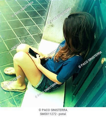 woman on phone portal movil.Valencia, Spain
