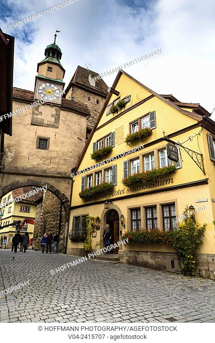 12th century Markusturm (Markus Tower) and Röderbogen (Roeder Arch) with timbered houses, Rothenburg ob der Tauber, Bavaria, Germany, Europe
