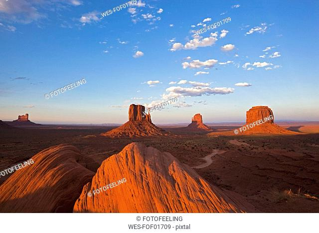 USA, Arizona, Monument Valley Tribal Park, West Mitten Butte