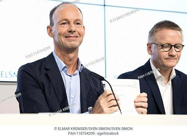 Dr. Thomas RABE (left, Chairman of the Management Board, CEO) sorts his documents and Bernd HIRSCH (member of management, Chief Financial Officer