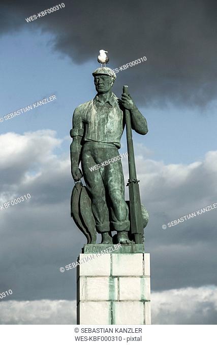 Spain, Andalusia, Tarifa, seagull on head of fisherman's statue