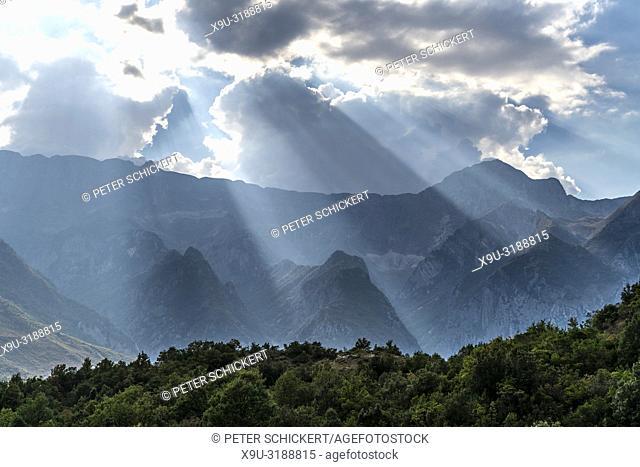 Bergige Landschaft am Fluss Vjosa, Albanien, Europa | Mountainous landscape at the river Vjosa, Albania, Europe