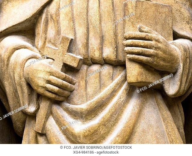 Detalle de la escultura de un apóstol con los atributos de la cruz y el libro, en la portada de la iglesia de Santo Tomás en Haro, de estilo plateresco