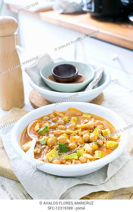 Chickpeas with avocado and cabbage
