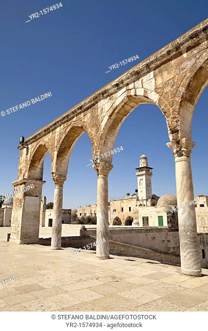 Israel, Jerusalem, temple mount, view of the minaret of the Women's Mosque through the arches at the top of the stairs of scales of souls