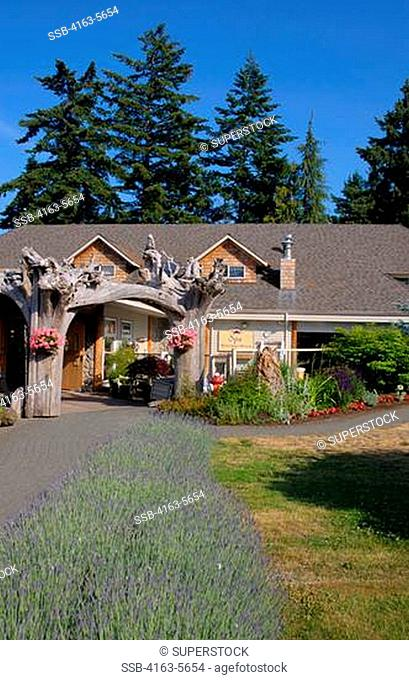 CANADA, BRITISH COLUMBIA, VANCOUVER ISLAND NEAR COURTENAY, KINGFISHER RESORT AND SPA, VIEW OF SPA