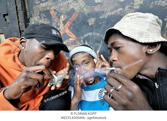 South Africa, Johannesburg, Hillbrow, street kids consuming drugs