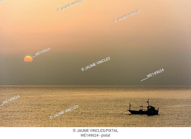 Dawn and the fishing boat retreat to the most important port on the coast of Barcelona, the port of Arenys de Mar