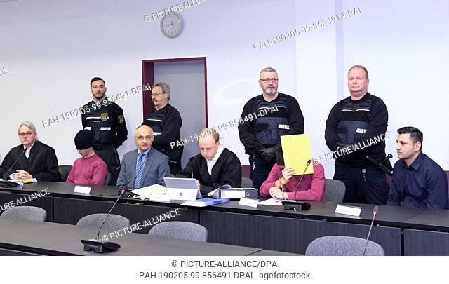 05 February 2019, Saxony-Anhalt, Dessau-Roßlau: The defendants (2nd from left) and (3rd from right) accused of bodily injury and resulting in death sit next to...