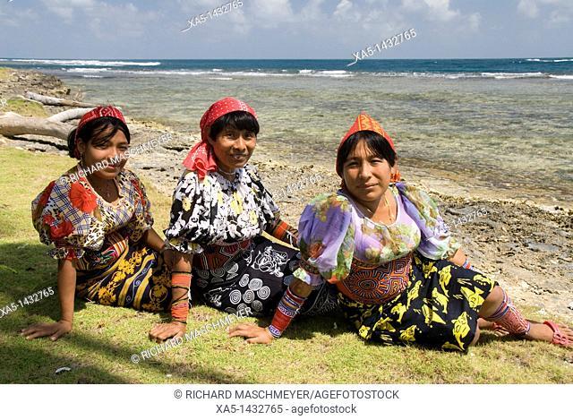 Kuna women, Yandup Island, San Blas Islands also called Kuna Yala Islands, Panama